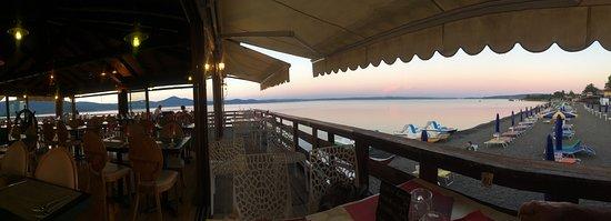 Galeon: veduta della palafitta e del lago al tramonto