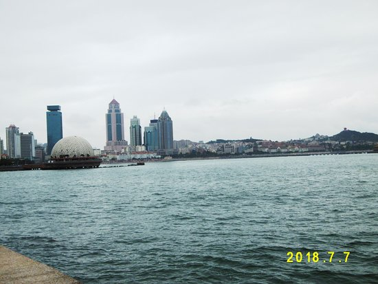 Qingdao Beach Walk Street: 信号山方面