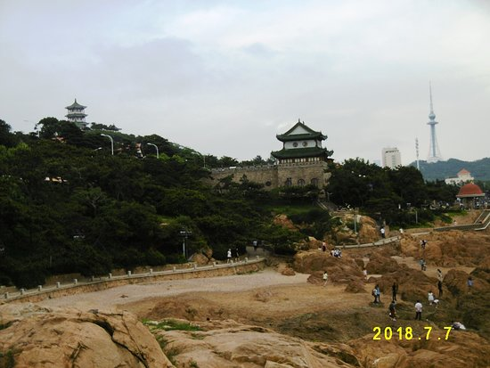 Qingdao Beach Walk Street: 小魚山公園方面