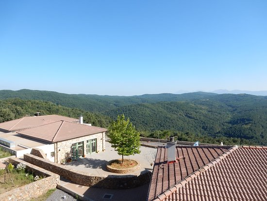 Vlachokerasia, Grécia: Looking over the restaurant to the view of the forest and mountains