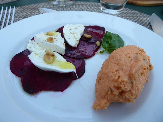 Saint-Laurent du Verdon, France : Vorspeise (gebackene Rote Beete, Büffel-Morzarella, Tomatenmus mit Agar-Agar, Basilikum, Pfeffer