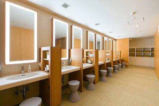 First Cabin Hanshin Nishi Umeda: 女性エリアのパウダールーム。壁で仕切られているため、快適にご利用いただけます。