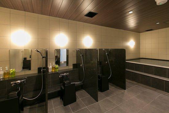 First Cabin Hanshin Nishi Umeda: シャワーコーナーにも壁を設け、ゆったりした設計となっておりますので快適にご利用いただけます。