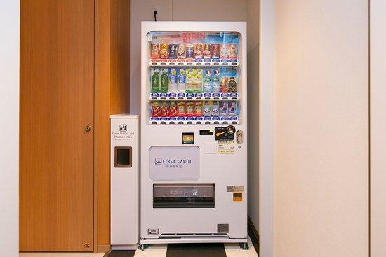 First Cabin Hanshin Nishi Umeda: 男性・女性各エリアと1Fラウンジ奥に自動販売機がございます。