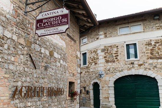 Clauiano, Italia: L' ingresso, la parte più antica della nostra azienda con fascia di affreschi quattrocenteschi