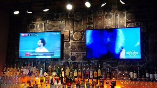 Hard Rock Cafe: watching football on the music of Metallica!