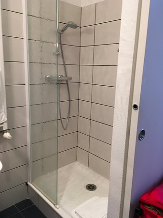 Hotel Porte Saint-Pierre: Shower - worked great and very clean