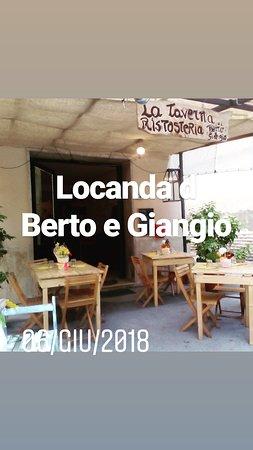 La locanda di Berto e Giangio: Tavoli fuori..nella piazzetta!!