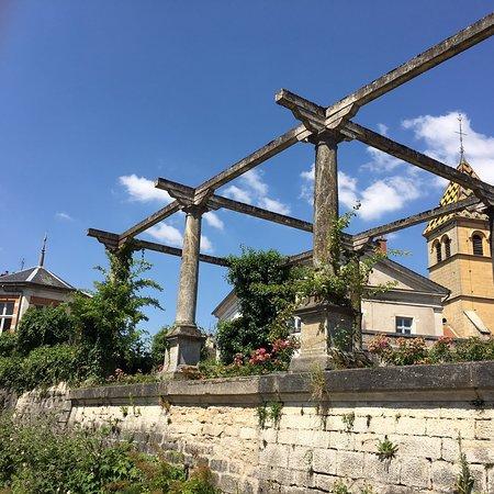 Vues de Is-sur-tille, village calme en bourgogne. Lieu idéal pour des visites à Dijon et alentou