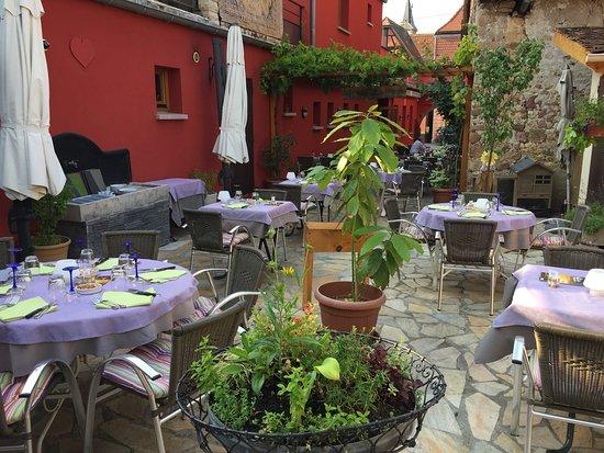 Beblenheim, France : Der Garten vom Restauant L'Agneau Blanc