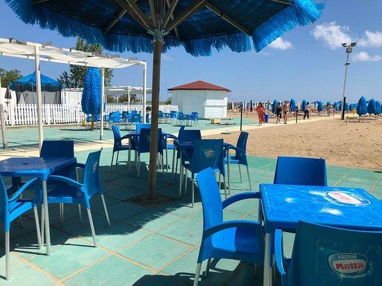 Oasi's Beach Village: Scorcio dell'area al di fuori del bar, dove sorseggiare un drink e godersi la brezza marina.