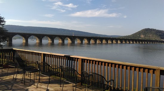Marysville, เพนซิลเวเนีย: Viewing deck at the Bridgeview.