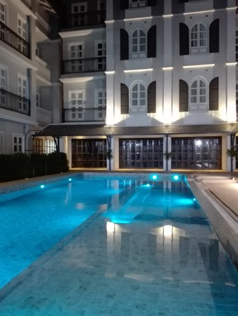 Le Thatluang d'oR Boutique Hotel: Pool at night