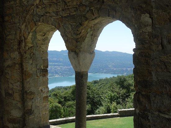 Civate, Italia: Panorama dal loggiato della Chiesa