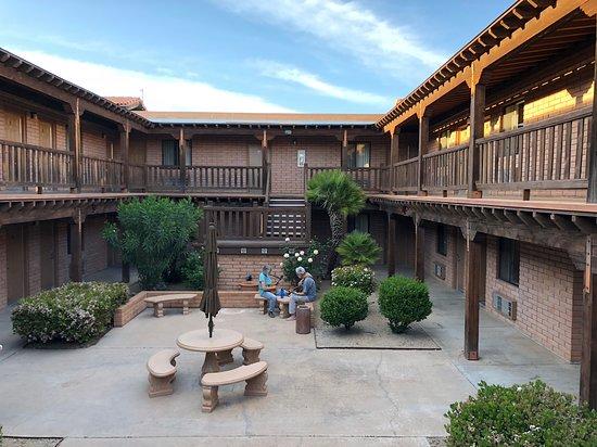 سييرا سويتس: Courtyards
