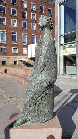 """Bronzestatue """"Die Lauschende"""""""