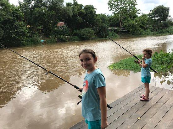 Villa San Pee-Seua: Kids hoping to catch their dinner