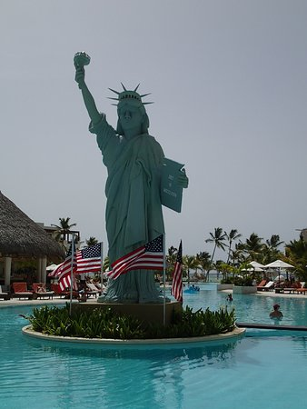 Secrets Cap Cana Resort & Spa: Amazing how they set up the Statue of Liberty