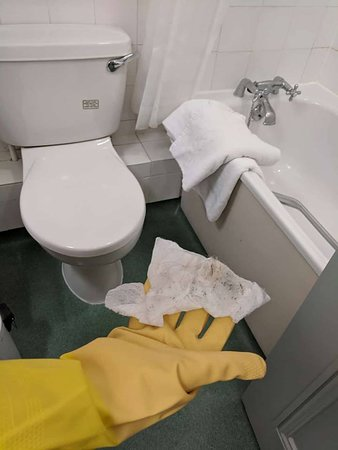 Winterbourne, UK : Even after the room had be cleaned again by the cleaners reluctantly the bathroom was still dirt