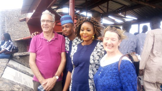 Abeokuta, Nigéria : Mr and Mrs Jorg and other tourists tour guided by Anago Osho on the Olumo Rock