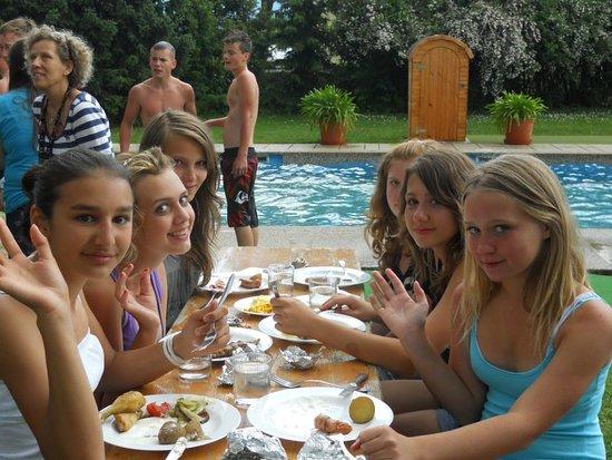 Jugendhotel Egger: Grillen im Garten