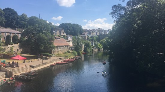 Knaresborough, UK: Boat hire stand, easy to spot