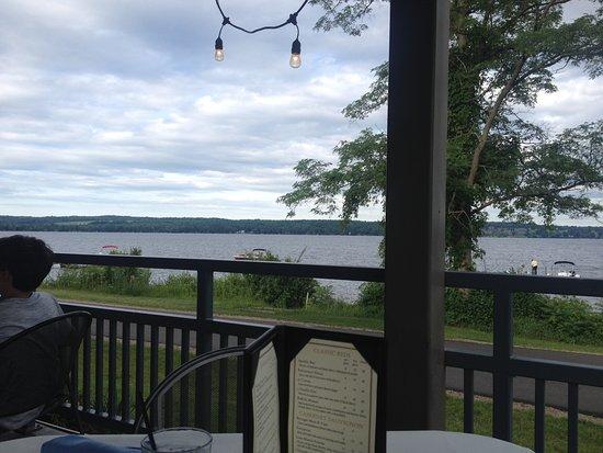 Mayville, NY: patio water front dining