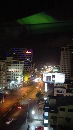 Holiday Inn Santo Domingo: Vista nocturna de la ciudad desde el área de la piscina