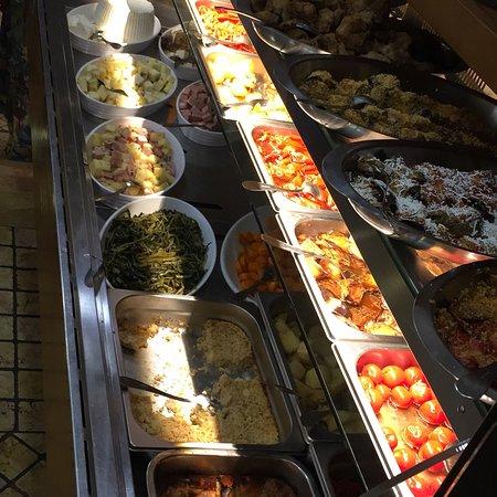 Trattoria del Cavaliere: Vijo della casa, antipasti buffet, 1 soute di cozze, 1 bavette ala polpa di granchio, 2 polpette