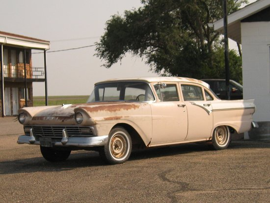 Adrian, Техас: Great antique cars to see. Don't miss old gas stations.
