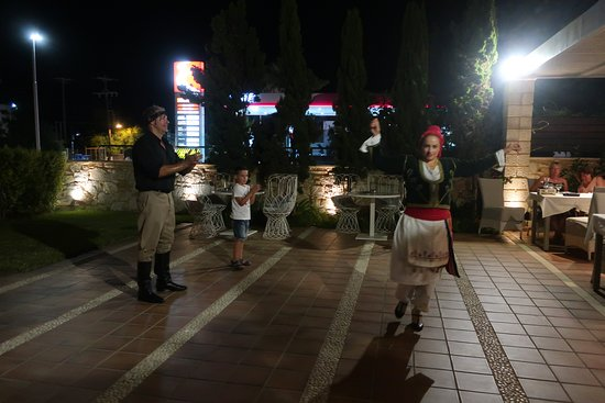 Mistral Restaurant and Bar: Greek dancing - 2