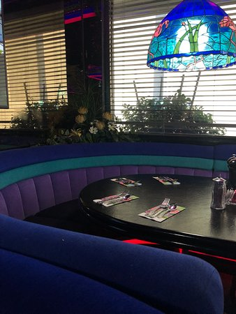 The Peppermill Restaurant & Fireside Lounge: coloful decor