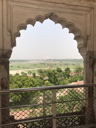 Delhi to Agra and Taj Mahal Private Day Trip by Express Train with Lunch: Second pic with the archway