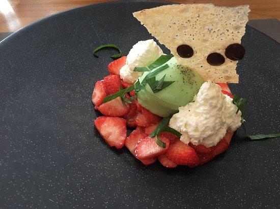 Restaurant de la Gare Chez Sandro: sorbet basilic sur carpacio de fraises