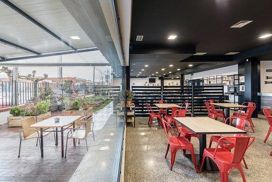 Argales Café Bar: Cafetería con vistas a la terraza