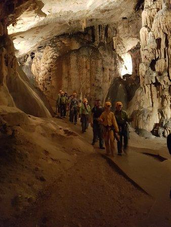 Grotte Saint-Marcel: Passage d'un groupe de spéléologues en herbe