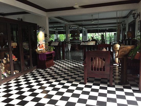 Chateau d'Angkor La Residence: Hotel foyer leading into the dining/breakfast room