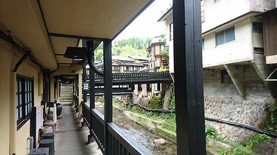 Yama no Yado Sinmeikan: 受付を出て川沿いの通路を歩くとロッカーと風呂がある。