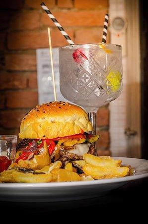 Santa Giuletta, Italy: Hamburger gourmet e cocktail ricercati