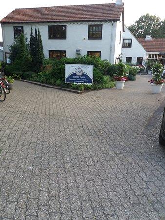 Afferden, Hollanda: Stijlvolle entree met mooie grote parkeerterrein.