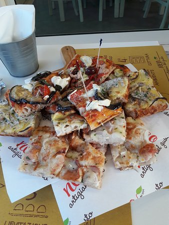Gambettola, Italy: Pile of pizza, for 2 persons, cost about 15€ with mineral water
