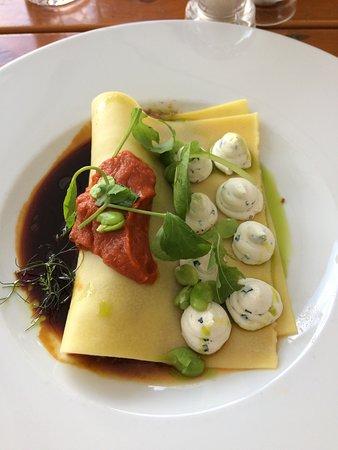 Pastař: Cannellona plněná telecím konfitem, omáčka z uzených rajčat, fava fazole