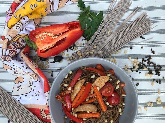 "HundertWasser: ""Гречневая лапша с овощами , в соусе Терияки и кедровыми орешками, с куриным филе"""