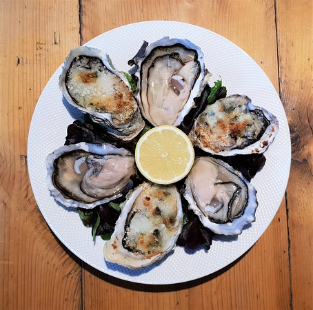 Taylor's Seafood Restaurant: Rock oysters - both raw and cooked with garlic and Roquefort