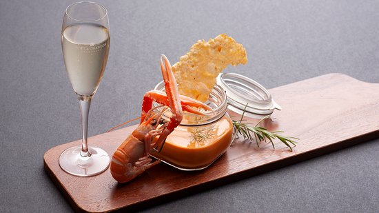 Core Lounge Bar & Restaurant: Creamy scampi soup with grana padano cheese chips