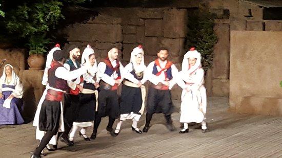 """Танцевальный Театр """"Дора Страту"""": Grupal con una coreografía hermosa"""