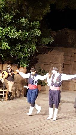 """Танцевальный Театр """"Дора Страту"""": Baile típico de los hombres"""