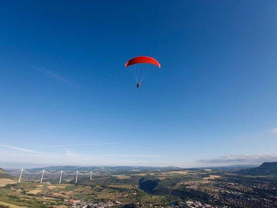 Vol parapente avec la vue du plus grand viaduc d'Europe