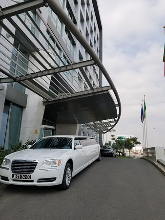 Hotel Baia Luanda: Front of hotel with a limo