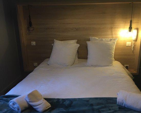 Hotel Mendionde: Main bed